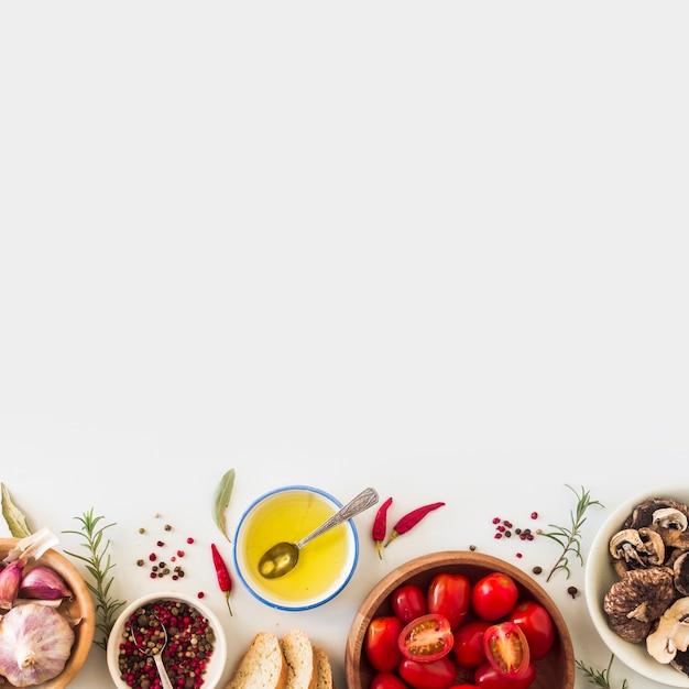 Ingredientes para hacer sandwich de tostadas sobre fondo blanco Foto gratis