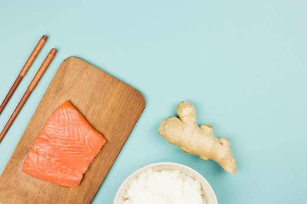 Ingredientes para hacer sushi vistos desde arriba Foto gratis