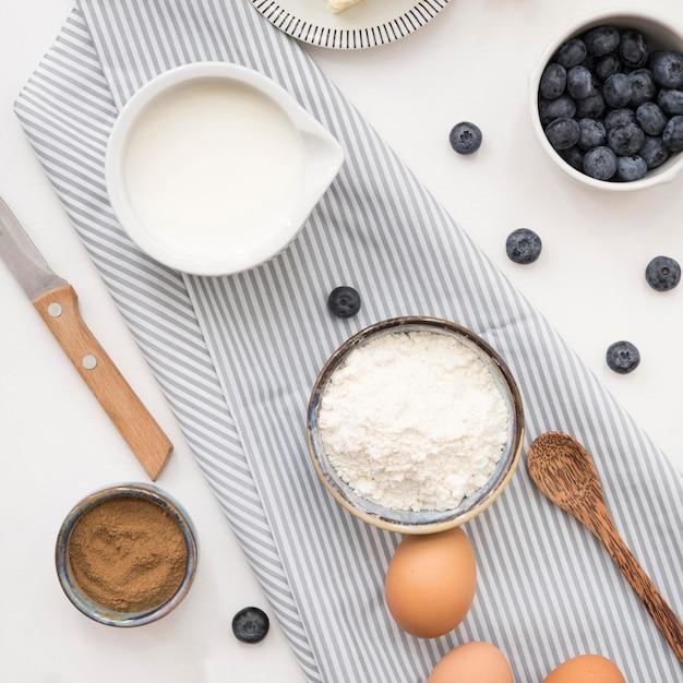 Ingredientes hermosos y deliciosos para el postre. Foto gratis