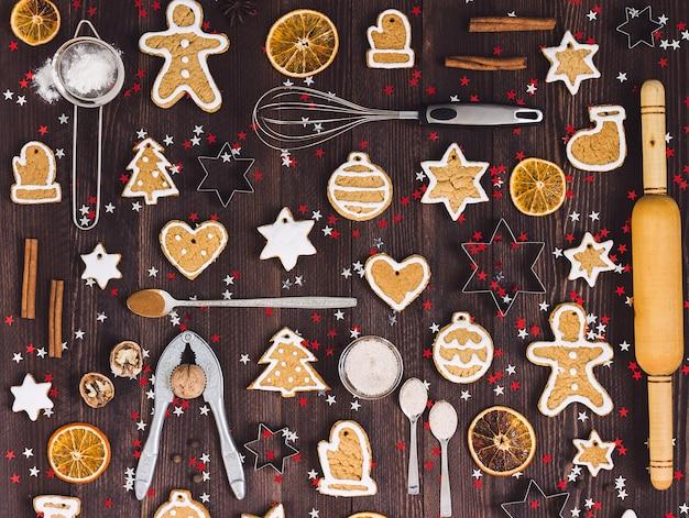 Ingredientes y herramientas para hornear galletas de jengibre navideño. Foto gratis