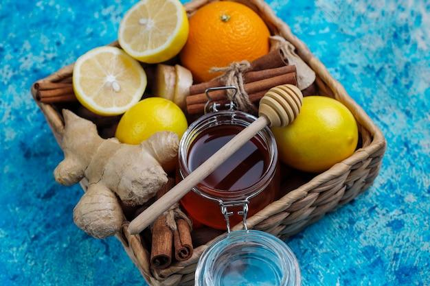 Ingredientes: jengibre fresco, limón, palitos de canela, miel, clavos secos para hacer que la inmunidad aumente la bebida saludable de vitaminas Foto gratis