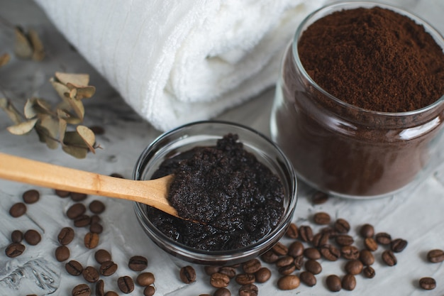 Ingredientes naturales para el cuerpo casero café exfoliante de azúcar belleza spa concepto cuidado corporal Foto Premium