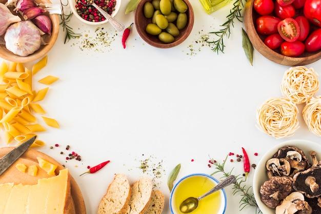 Ingredientes de pasta italiana sobre fondo blanco con espacio para texto Foto gratis