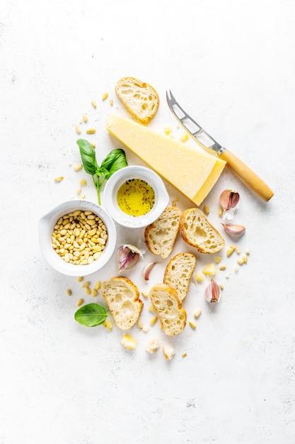 Ingredientes para pesto y pan chiabatta. Foto gratis