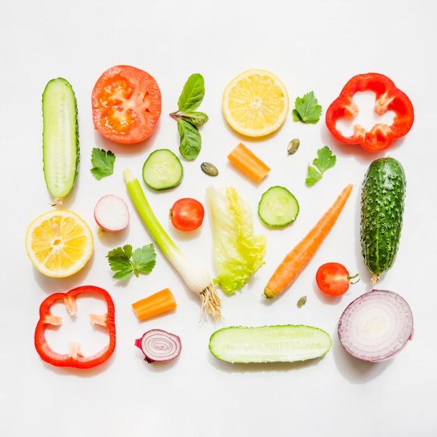 Ingredientes saludables de una ensalada Foto gratis