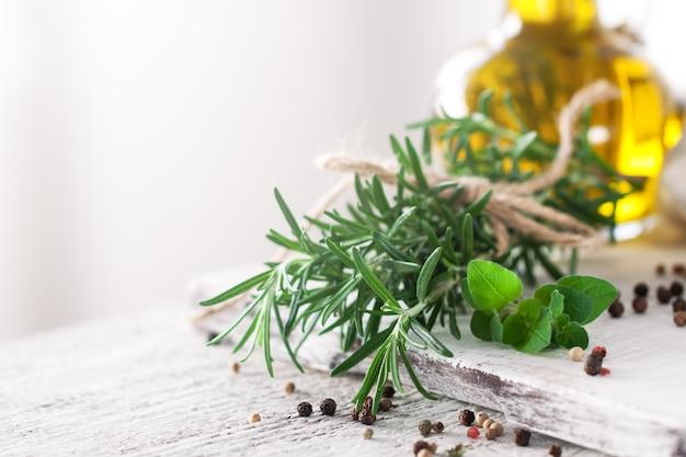Ingredientes saludables en una mesa de la cocina - espaguetis, aceite de oliva, camisetas Foto gratis
