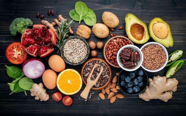Ingredientes para la selección de alimentos saludables establecidos sobre fondo de madera. Foto Premium
