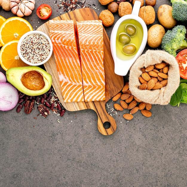 Ingredientes para la selección de alimentos saludables establecidos sobre fondo de piedra oscura. Foto Premium