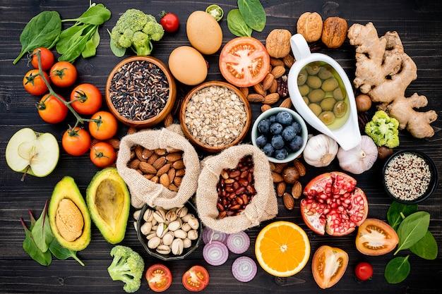 Ingredientes para la selección de alimentos saludables en mesa de madera. Foto Premium