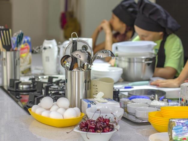 Ingredientes Y Utensilios De Cocina Sobre La Mesa Ninos Cocineros Al