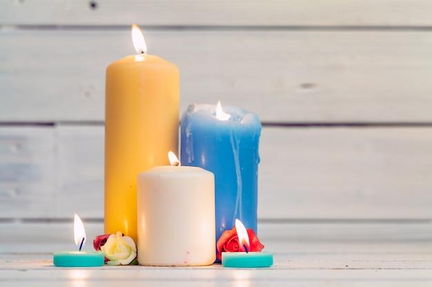 Inicio iluminación velas en mesa de madera Foto Premium