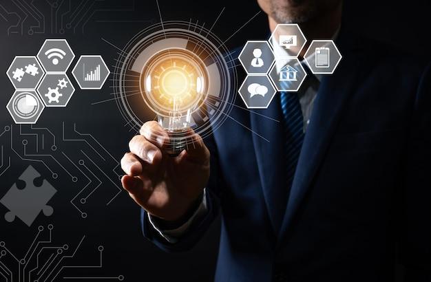 Innovación y tecnología, empresario con bombilla creativa y línea de conexión Foto Premium
