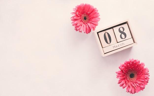Inscripción del 8 de marzo en bloques de madera con flores. Foto gratis