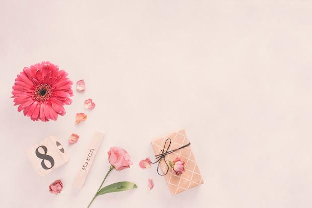 Inscripción del 8 de marzo con caja de flores y regalos. Foto gratis