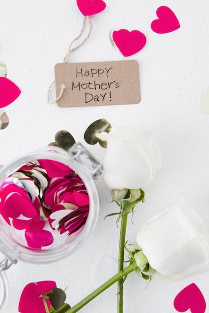Inscripción del día de la madre feliz con rosas y corazones de color rosa Foto gratis