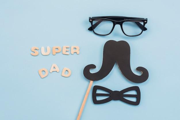 Inscripción de super papá con gafas y bigote. Foto gratis