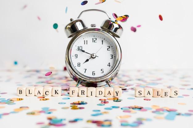 Inscripción de ventas de viernes negro en cubos pequeños con reloj. Foto gratis