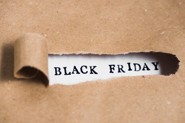 Inscripción viernes negro entre papel artesanal. Foto gratis