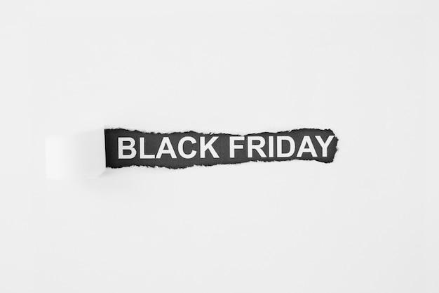 Inscripción viernes negro bajo papel rasgado Foto gratis
