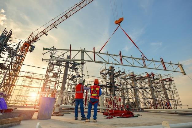 Instalación de armadura de obrero de construcción Foto Premium
