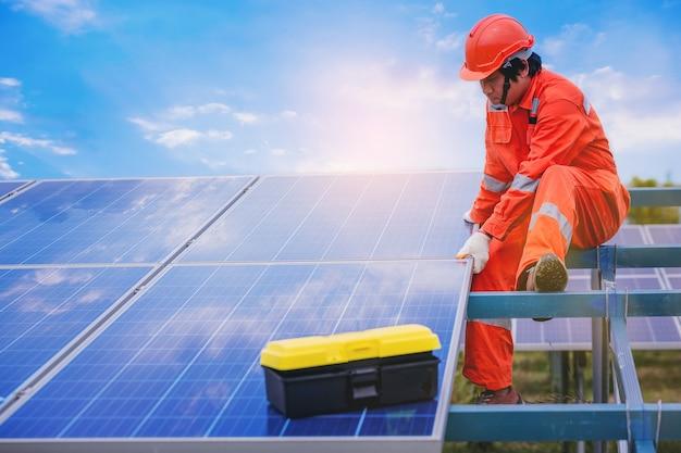 Instalación eléctrica y técnico de instrumentos y mantenimiento del sistema eléctrico en el campo de paneles solares Foto Premium