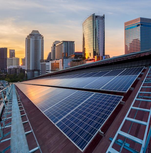 Instalación fotovoltaica de paneles solares en un techo de fábrica. Foto Premium