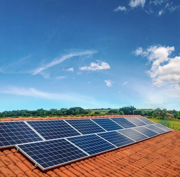Instalación fotovoltaica de paneles solares en un techo, fuente alternativa de electricidad. Foto Premium