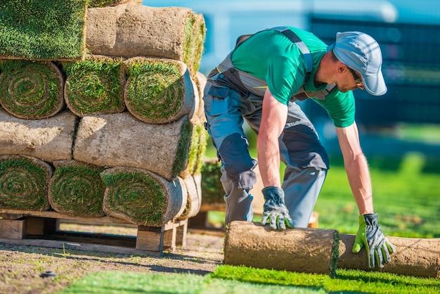 Instalador del césped de hierba natural Foto gratis