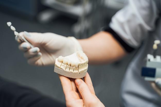 Instrumentos dentales y modelo de mandíbula dental Foto Premium