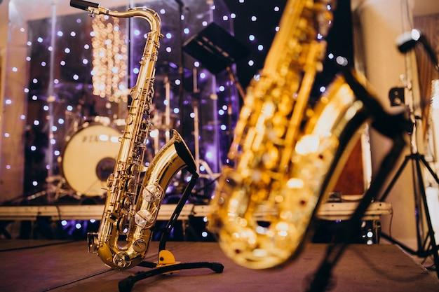 Instrumentos musicales aislados en una noche de fiesta Foto gratis