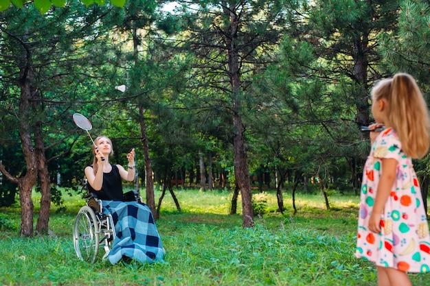 Interacción de una persona sana con una persona discapacitada. Foto Premium