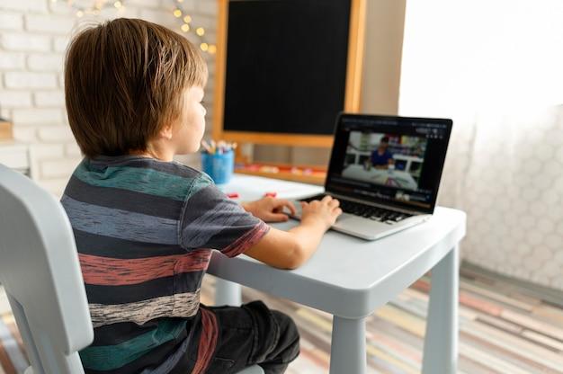 Interacciones escolares en línea por encima del hombro Foto gratis
