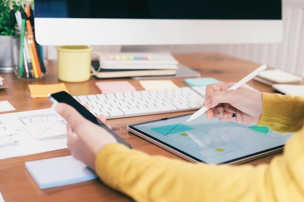 Interfaz de usuario y concepto de tecnología de experiencia de usuario. Foto Premium
