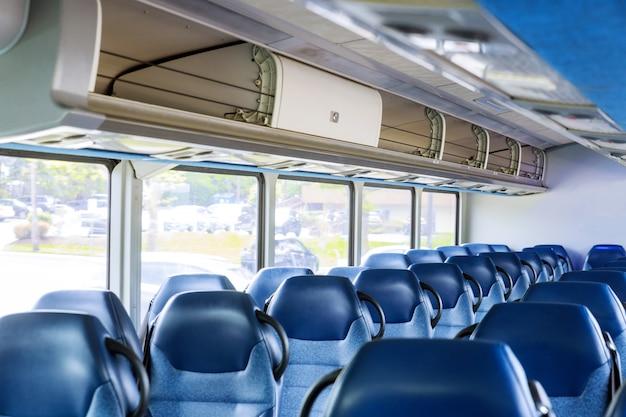 Interior del autobús vacío, no hay transporte de personas, turismo, viajes, viaje por carretera está listo para los pasajeros Foto Premium