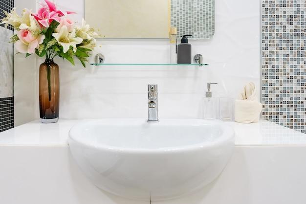 Interior del baño con fregadero lavabo grifo y espejo ...