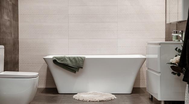 Interior de baño moderno con elementos decorativos. Foto gratis