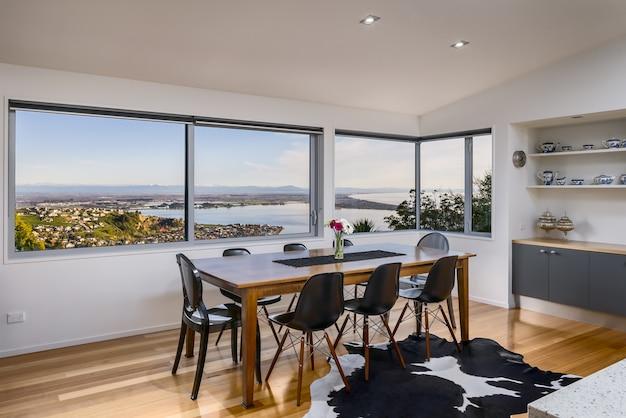 Interior de casa de moda con muebles modernos y ventanas de vidrio Foto gratis