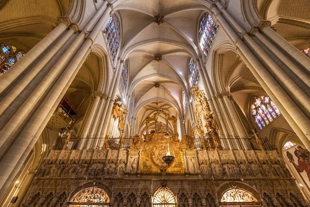 Interior de la catedral de toledo en la histórica ciudad medieval de toledo. Foto Premium