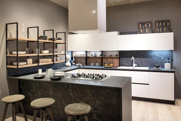 Interior de cocina moderna con isla central y placa ...