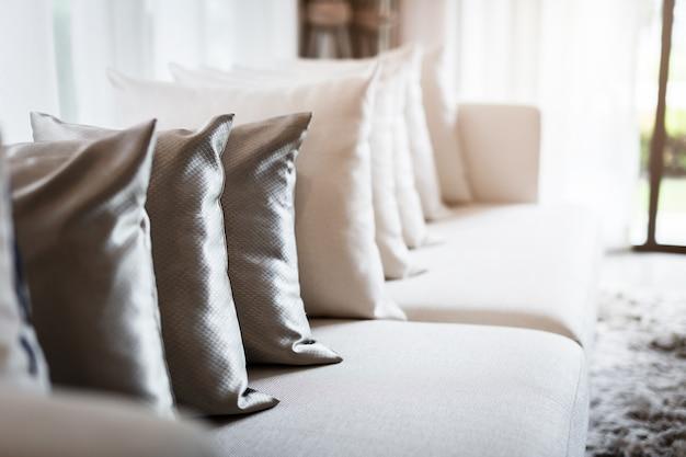 Interior contemporáneo de la sala de estar con parte del sofá en un día soleado y cortina blanca Foto Premium