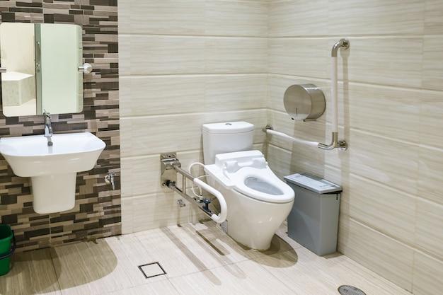 Interior de ba o para discapacitados o personas mayores - Agarraderas para bano ...