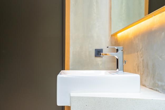 Interior de decoración de grifo de agua y fregadero blanco Foto gratis