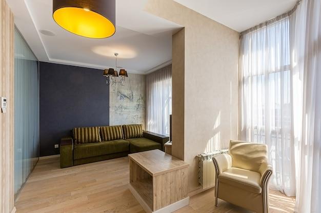 Interior de estilo moderno de sala de estar en colores blancos. Foto Premium