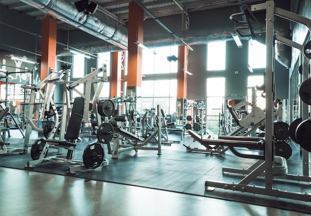 Interior gimnasio con equipos. Foto gratis