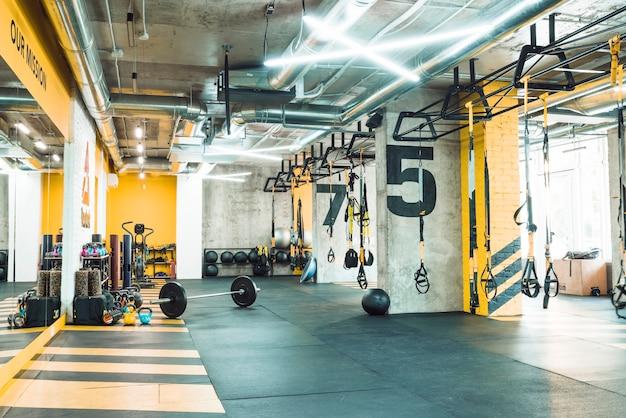 Interior moderno gimnasio con equipos de ejercicio Foto gratis
