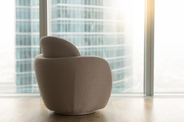 Interior moderno con silla de diseño cerca de la ventana de cuerpo entero Foto gratis