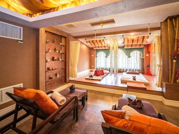 Interior de la sala de masajes vintage con fuente de luz natural desde la ventana Foto Premium
