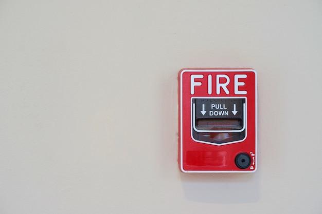 Interruptor de alarma de incendio o humo en la pared Foto Premium