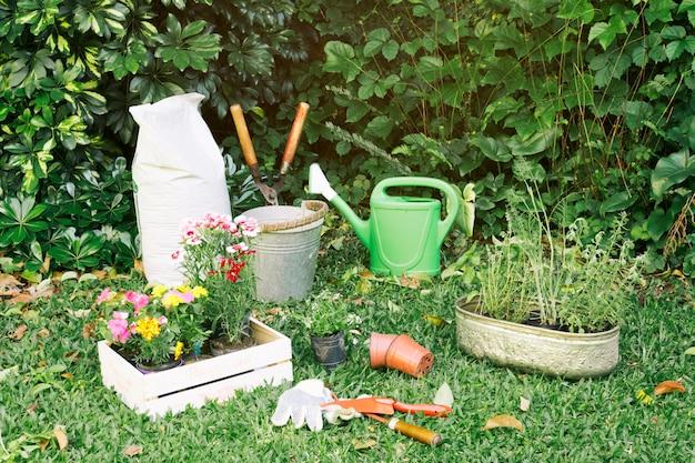 Inventario de jardinería con macetas sobre hierba. Foto gratis