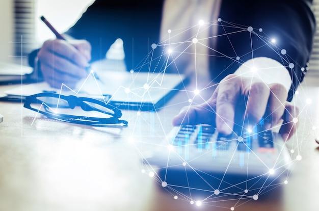 Inversor profesional u hombre de negocios análisis y cálculo de informes financieros. Foto Premium